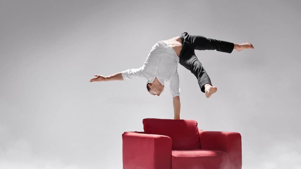 Mann | Handstand | Sessel | Balance