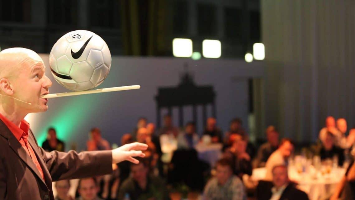 Mann | Fußball | Balancieren | Tische