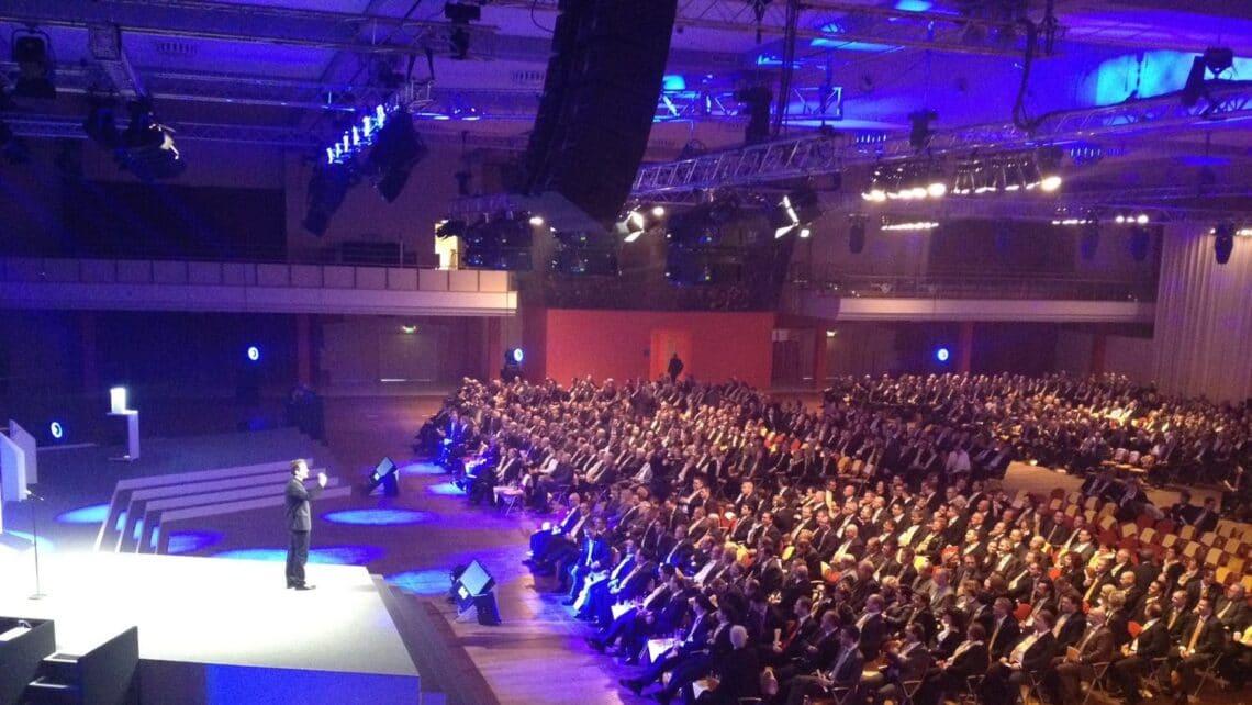 Mann | Bühne | Publikum | Saal