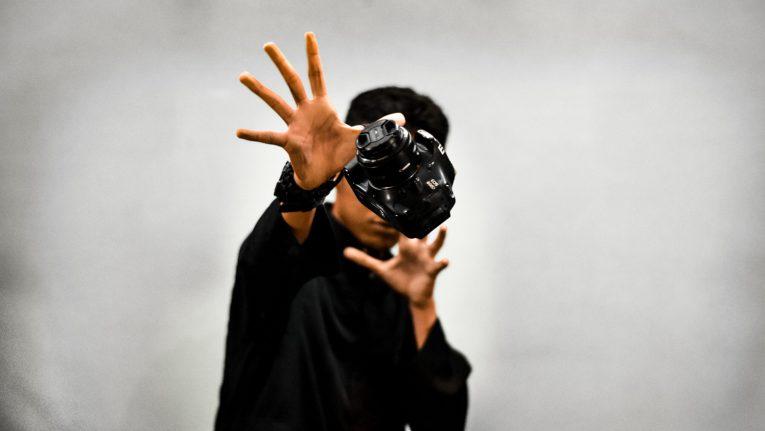 Mann | Kamera | Illusion | Schweben