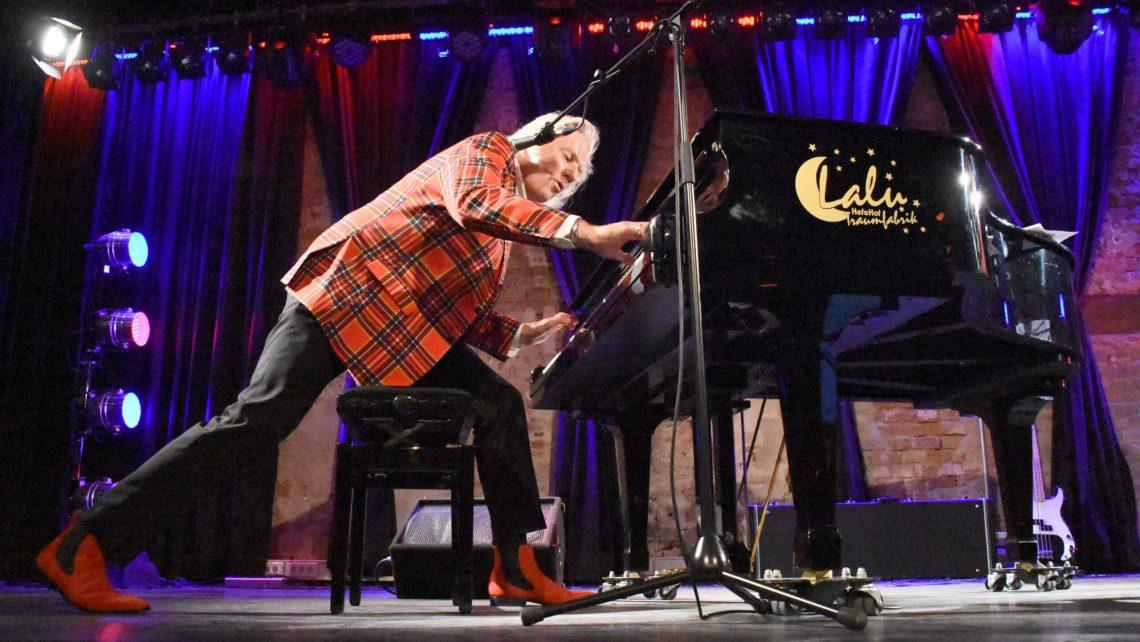 Mann | Klavier | Bühne | Stiefel