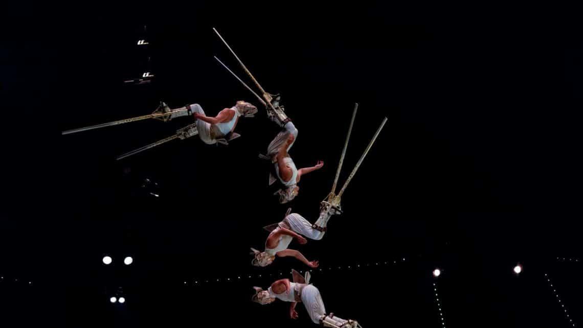 Stelzen | Männer | Akrobaten | Fliegen