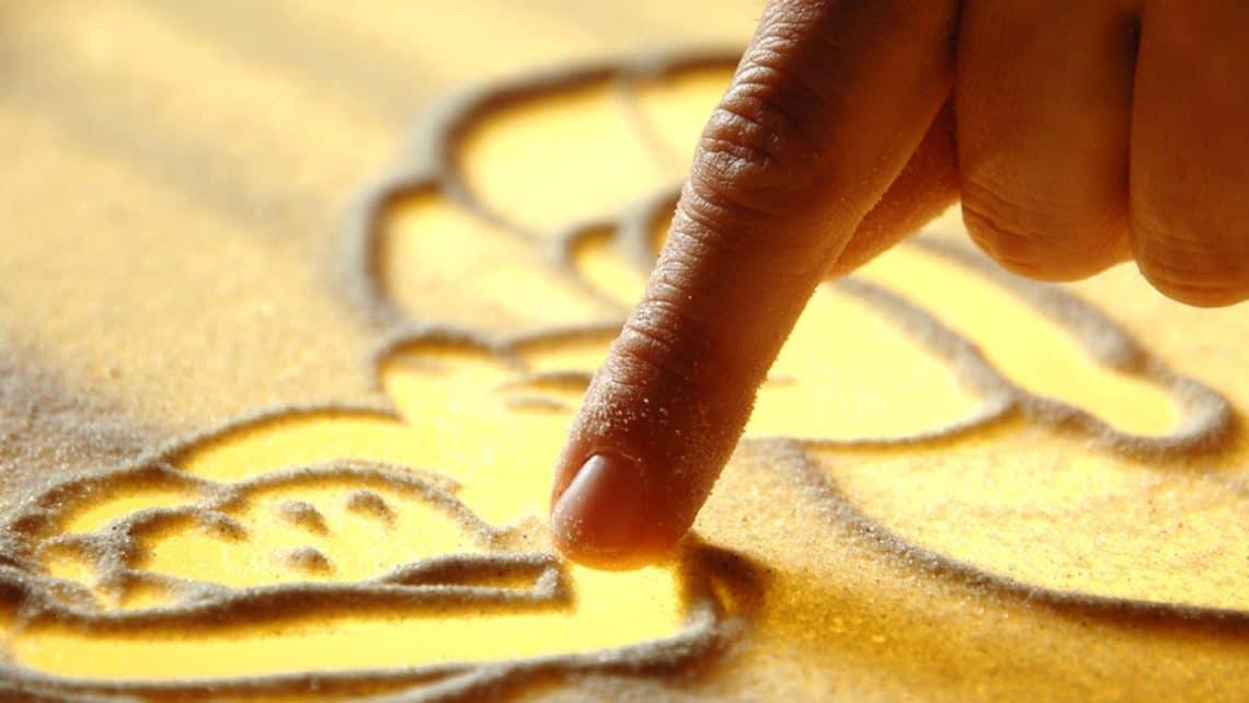 Sandzeichnerin | Finger | Bild | Licht